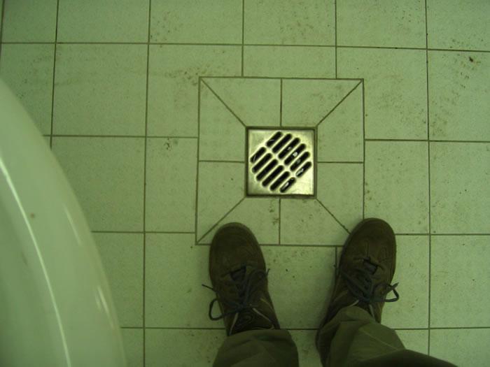 mit straßenschuhen im badezimmer